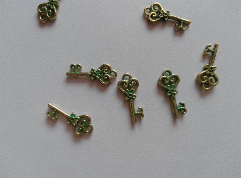 Fém medál - 21x9mm - türkiz-antik arany szín - kulcs (1 db)